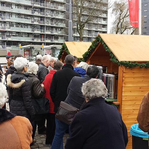 Gluhwein chocolademelk uitdelen kerst kraam huisje